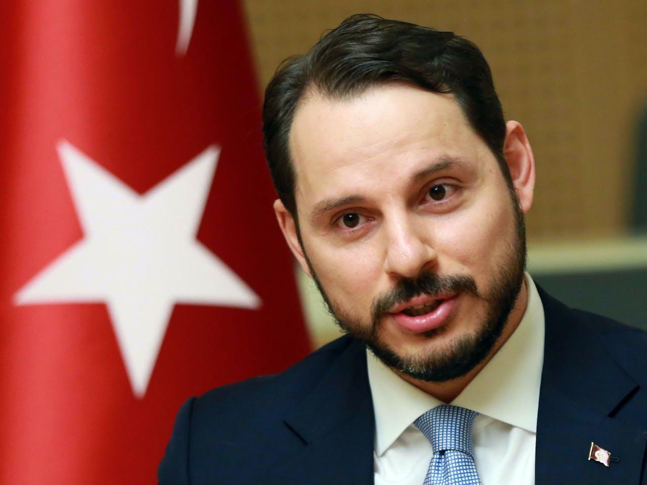 De 40-jarige Berat Albayrak, schoonzoon van de president, minister van Financiën en de man die de Turkse economie mag gaan redden