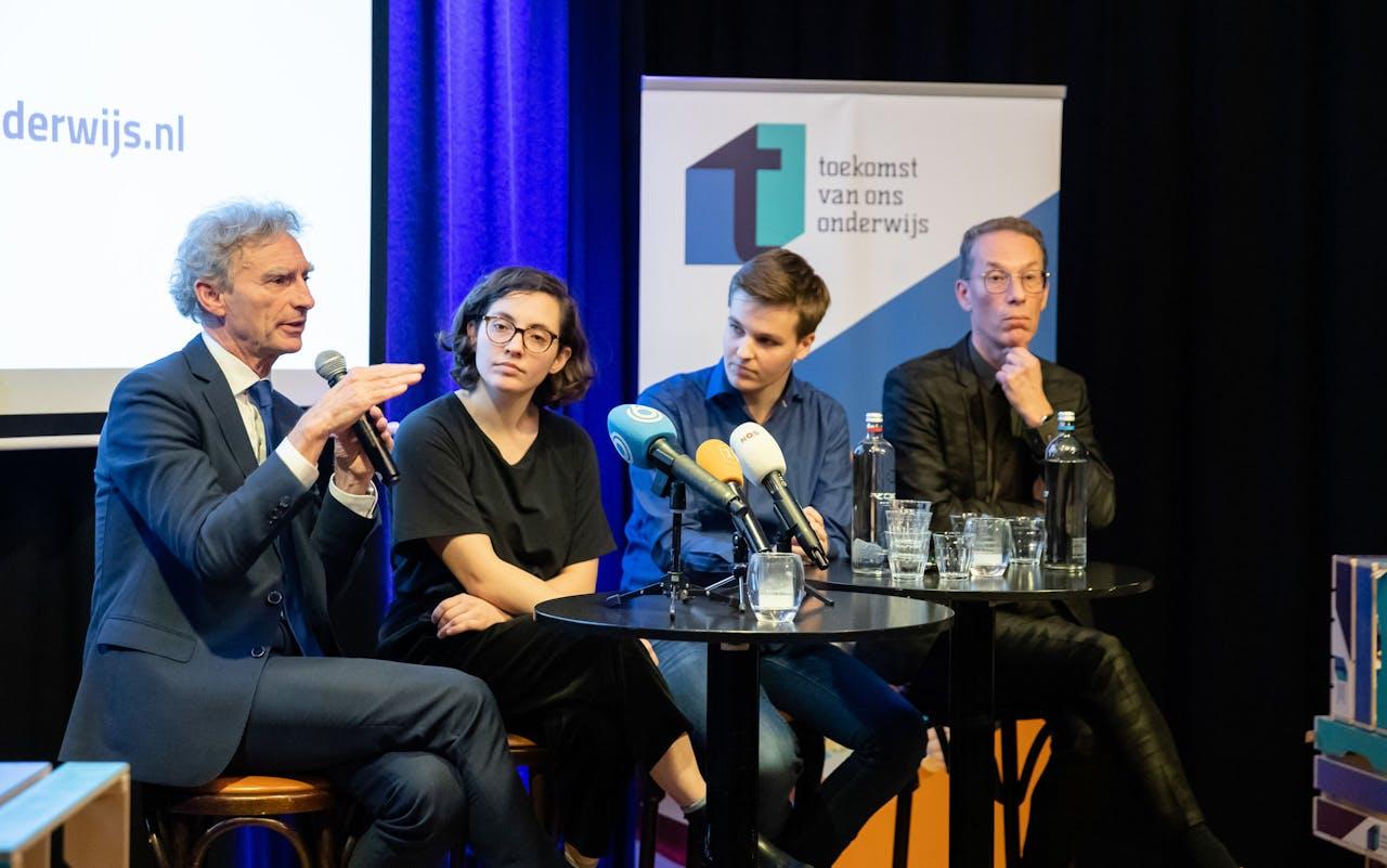 Alex Tess Rutten, voorzitter van LAKS, tweede van links