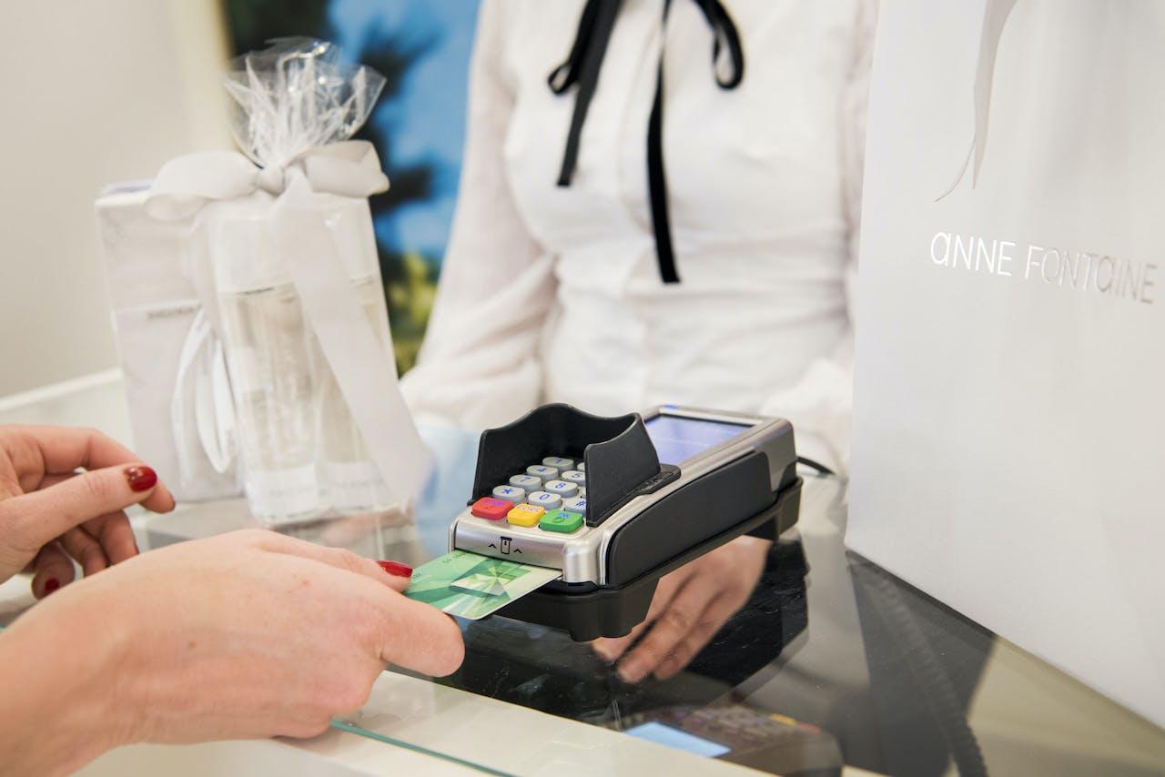 ROERMOND - Bezoekers shoppen in Outlet Center Roermond. Meer dan 200 merkwinkels hebben hier hun outletstore gevestigd. De Nederlandse economie groeide in 2017 met ruim 3 procent. ANP PIROSCHKA VAN DE WOUW