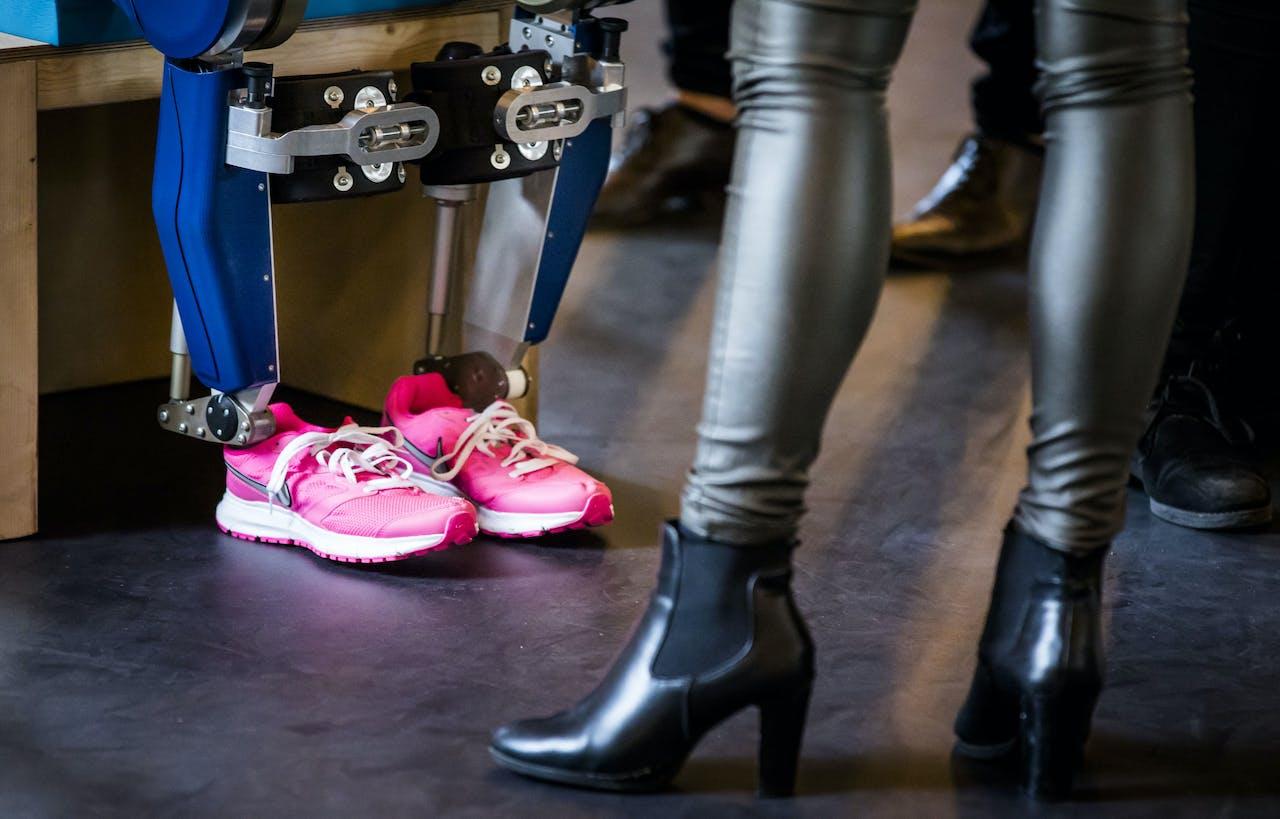 Studenten van de TU Delft onthullen het nieuwe exoskelet MARCH III