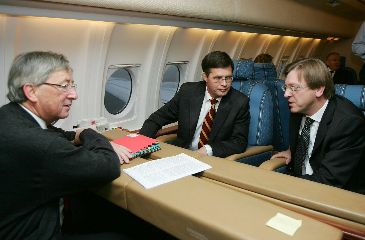 (L-R) Luxembourg's Prime Minister Jean-Claude Juncker, Dutch Prime Minister Jan Peter Balkenende and Belgian Prime Minister Guy Verhofstadt are pictured in the plane on their way to Lisbon. EU leaders gathered in Lisbon Thursday to sign a landmark treaty which they hope will revitalise Europe and avoid the referendum death which befell the constitution it is designed to replace. AFP PHOTO BELGA ERIC LALMAND ***BELGIUM-OUT*** (Photo by ERIC LALMAND / BELGA / AFP)