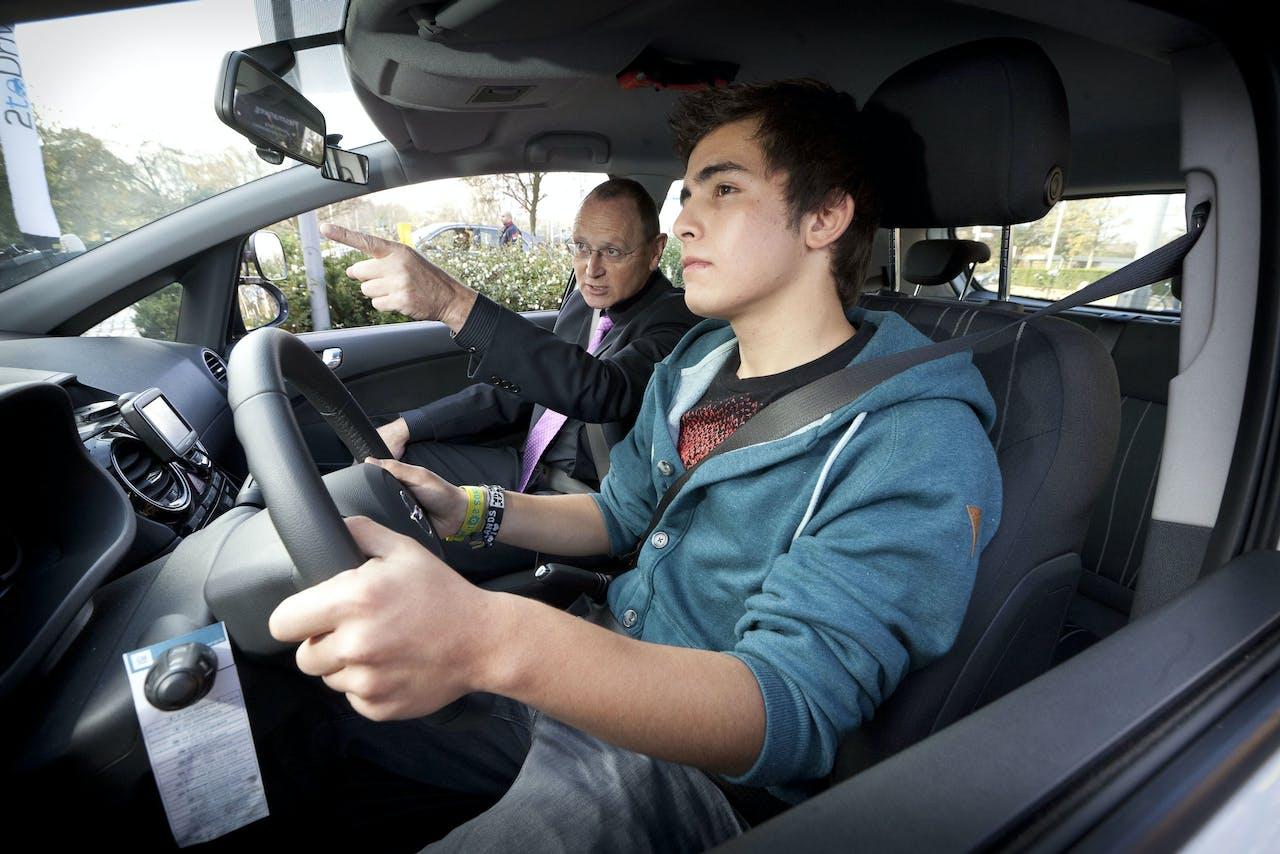 Den Haag - Op het ministerie van Infrastructuur en Milieu volgen 20 jongeren hun eerste 2toDrive-rijles. Vanaf 1 november kunnen jongeren vanaf hun 17e verjaardag praktijkexamen voor hun rijbewijs afleggen. Als ze slagen kunnen ze tot hun 18de onder begeleiding van een coach rijervaring opdoen. ANP PHIL NIJHUIS