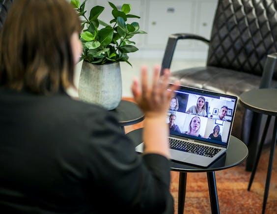 Een werknemer tijdens een videogesprek op kantoor.