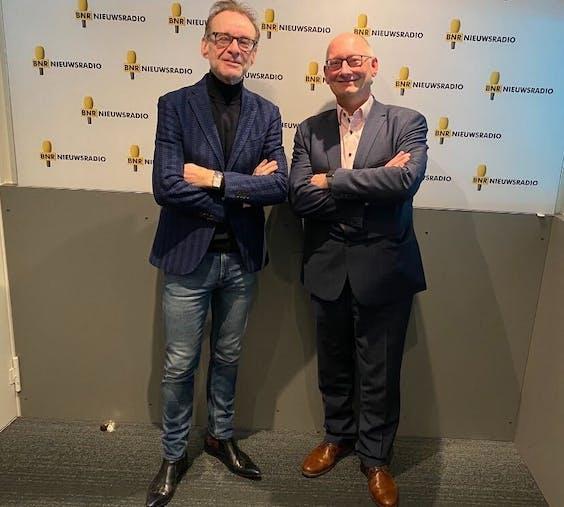Presentator Paul van Liempt (L) en Lukas Roffel van Thales Nederland. (NB: deze foto werd genomen voor het coronavirus Nederland bereikte).