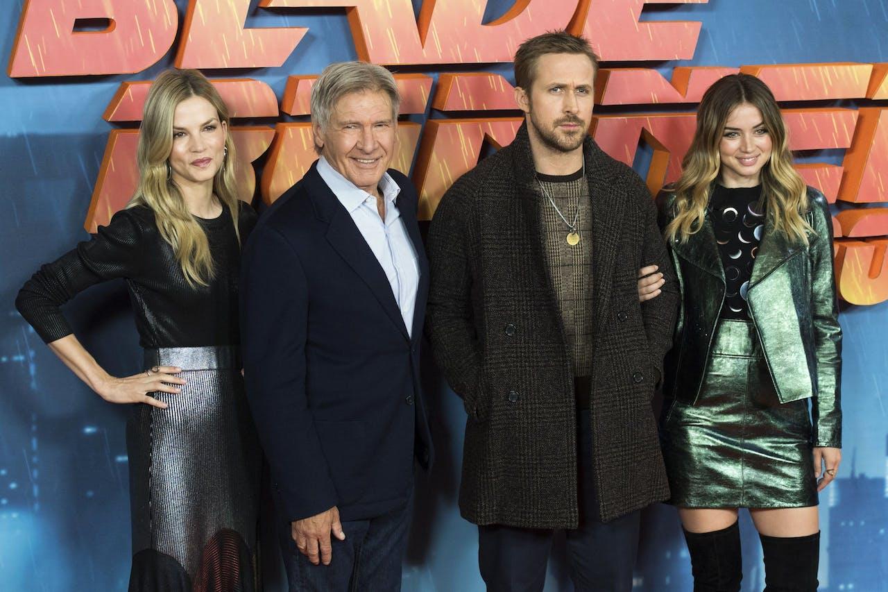 Sylvia Hoeks flankeert Harrison Ford bij een première van de nieuwe Blade Runner-film