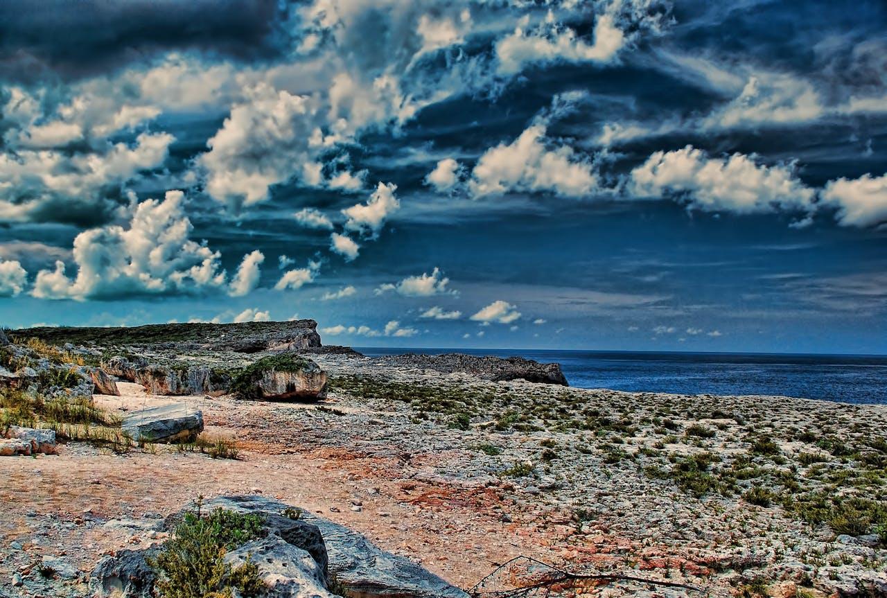 Het eiland North Eleuthera, Bahama's, waar de grond bezaaid is met rotsblokken die uit de zee komen. Dat betekent dat golven ze zo'n 10 tot 20 meter langs een klif omhoog gegooid moeten hebben.