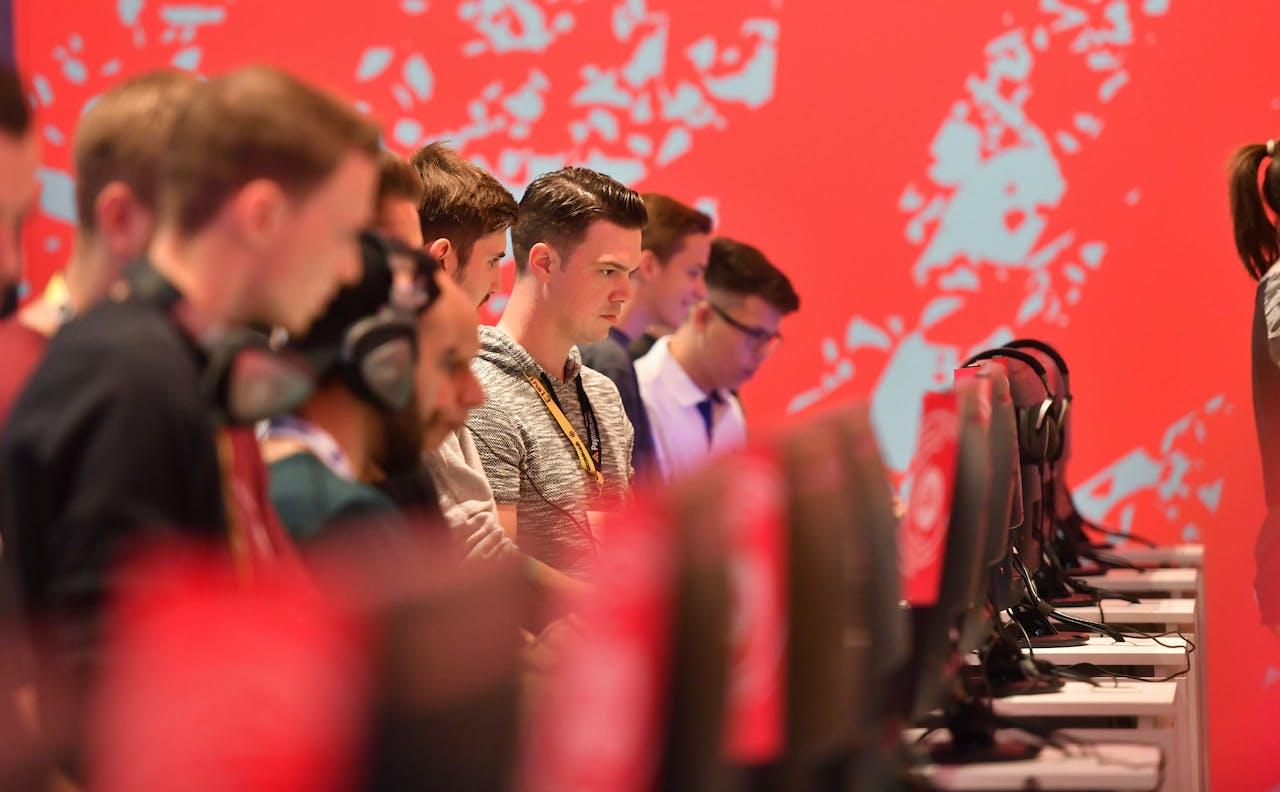 Bezoekers van de gamingbeurs Gamescom spelen FIFA 20 in Keulen.
