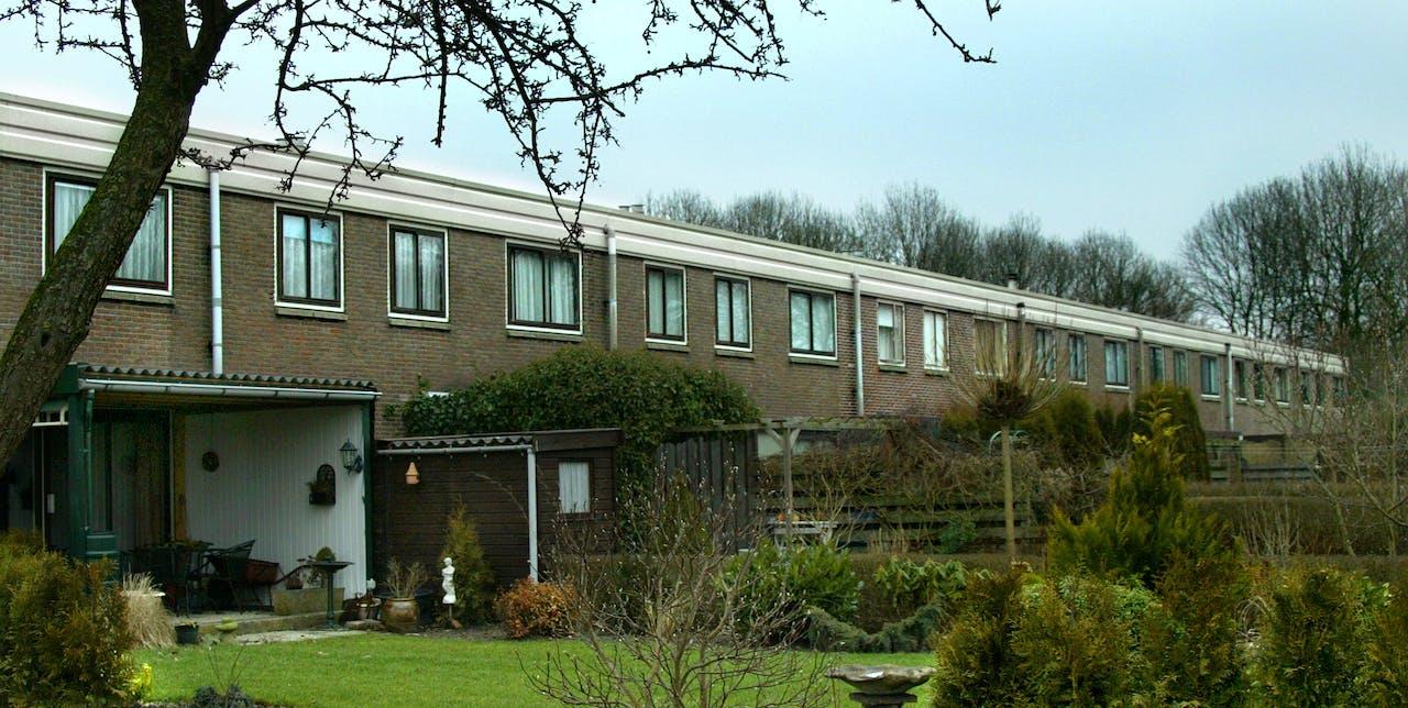 Een rij huizen, ontworpen door architect Frans Jan van Gool in Nagele.