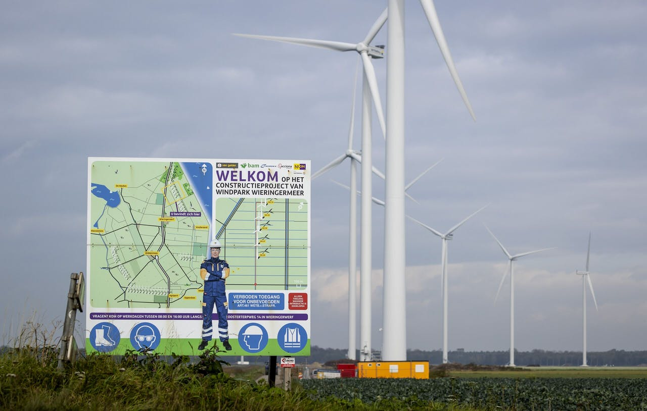 2020-09-30 11:11:58 WIERINGERWERF - Windmolens op windpark Wieringermeer. Het windpark in de Noord-Hollandse Wieringermeer bestaat uit 82 windmolens en wekt voldoende elektriciteit op om 370.000 huishoudens van groene stroom te voorzien. ANP ROBIN VAN LONKHUIJSEN