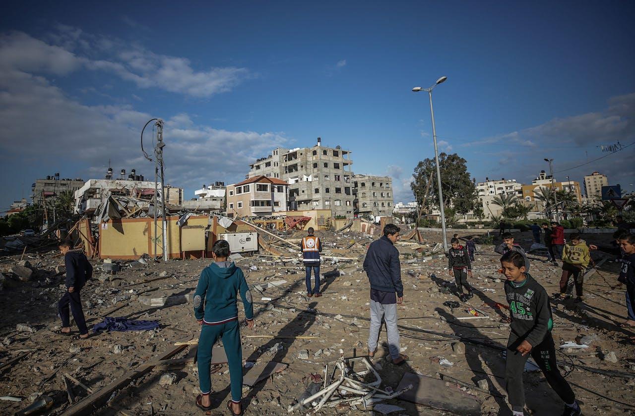 Palestijnen inspecteren een verwoest kantoor van Hamas-leider Ismail Haniyeh, na een Israëlische luchtaanval in Gaza.