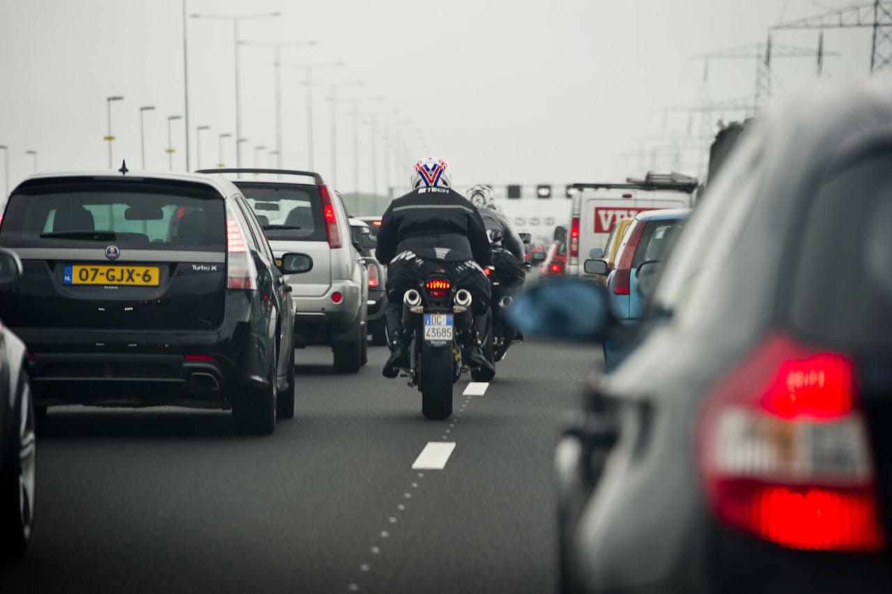 Op de A2 tussen Amsterdam en Utrecht staat dinsdag file. Het slechte weer veroorzaakte files op meerdere plaatsen in het land.