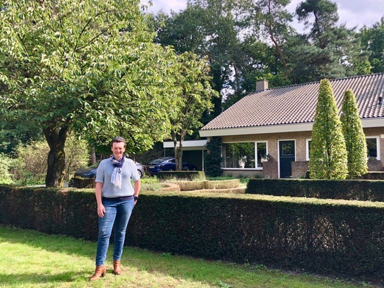 Anna van Puijenbroek voor haar woning in Turnhout