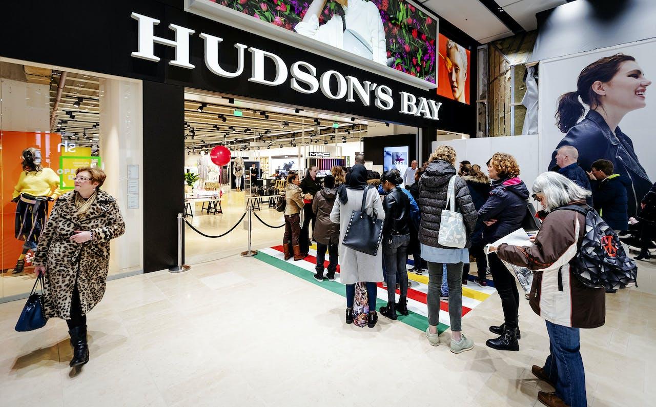 Mensen staan in de rij tijdens de opening van het warenhuis Hudson's Bay in Hoog Catharijne in Utrecht.