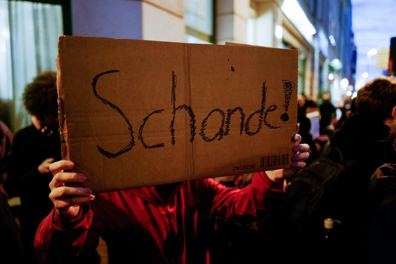 Demonstranten bij het hoofdkantoor van de lokale FDP, Ze zijn boos omdat de partij gedoogsteun heeft gekregen van de AFD