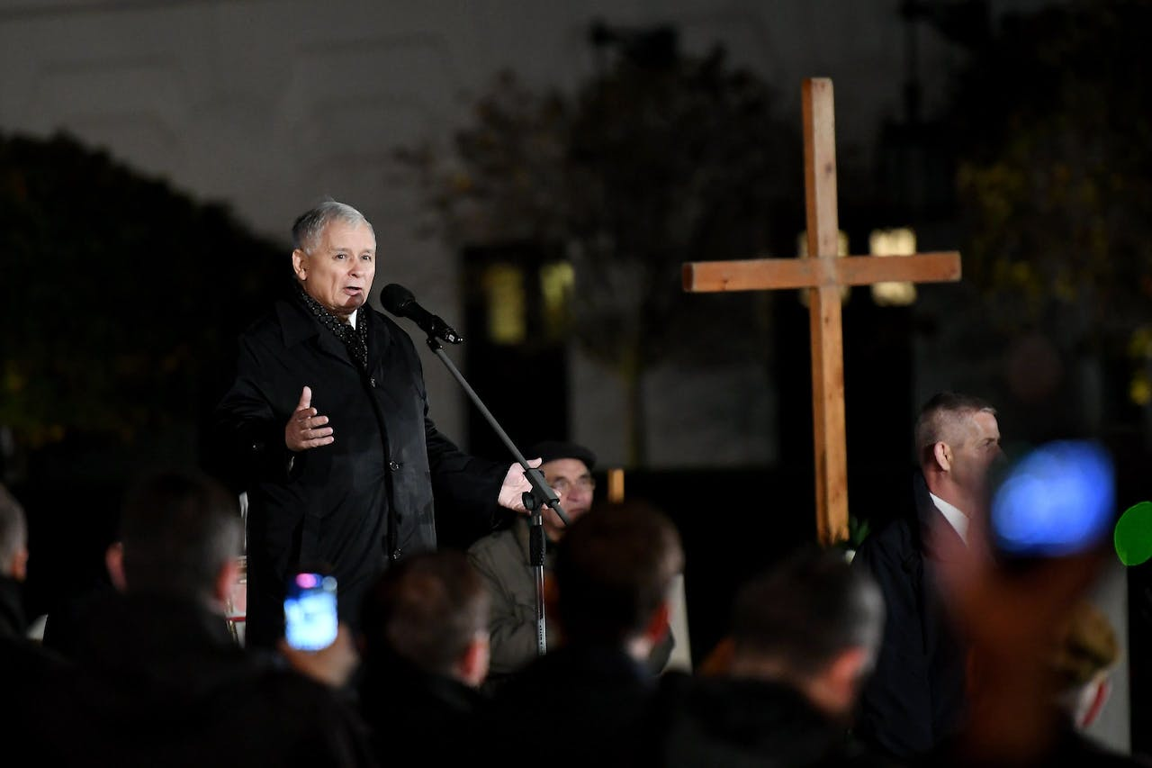 2017-10-10 00:00:00 epa06257491 Leader of the Law and Justice (PiS) rulling party Jaroslaw Kaczynski (C) speaks during the celebrations of the 90th mensiversary (90 months) since the presidential plane crash near Smolensk, at the Castle Square in Warsaw, Poland, 10 October 2017. The late Poland's President Lech Kaczynski, his wife Maria Kaczynska and 94 others died on 10 April 2010 when Polish presidential plane crashed in Smolensk, Russia. EPA/BARTLOMIEJ ZBOROWSKI POLAND OUT