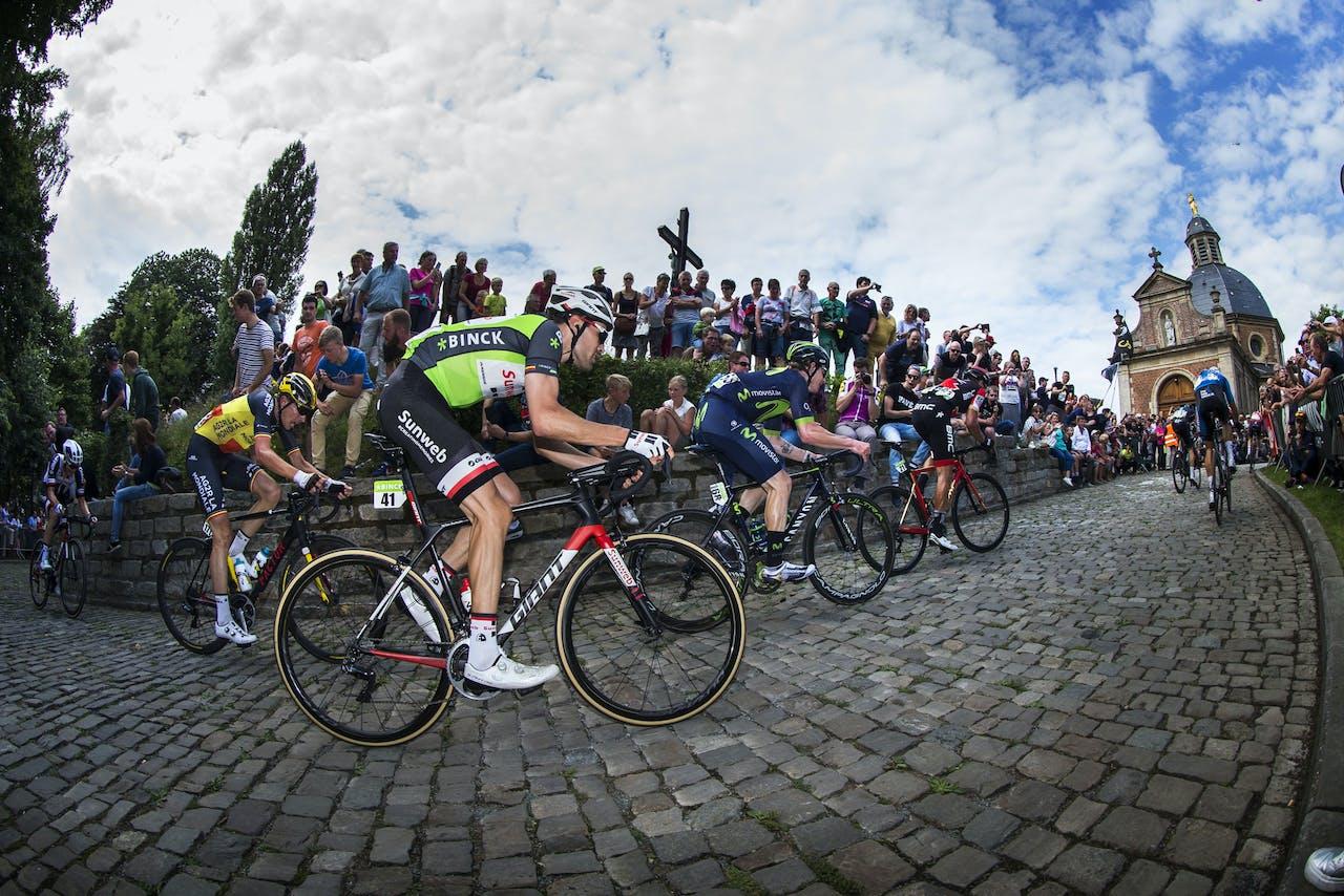 Tom Dumoulin (M) in de leiderstrui op de Kapelmuur tijdens de zevende etappe van de BinckBank Tour van Essen naar Geraardsbergen.