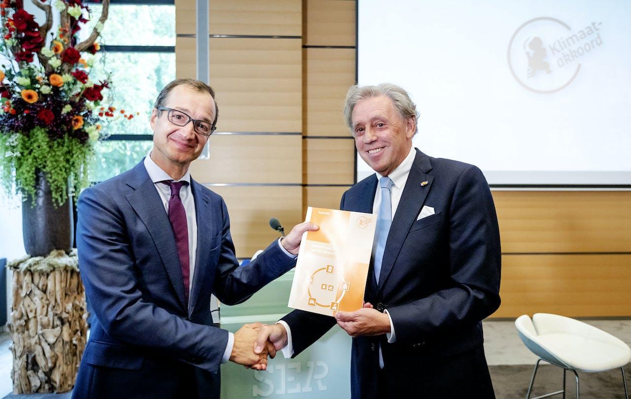 Voorzitter Ed Nijpels presenteert de hoofdlijnen van het Klimaatakkoord aan Minister Wiebes. Het kabinet wil de uitstoot van CO2 door Nederland beperken met 49 procent in 2030 ten opzichte van 1990.