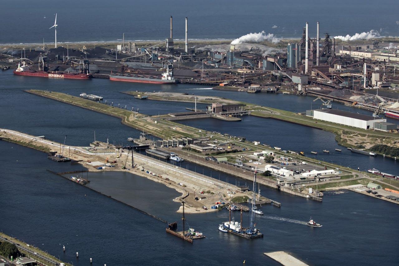 Luchtfoto van de zeesluizen bij IJmuiden met de nieuwe in aanbouw zijnde zeesluis.