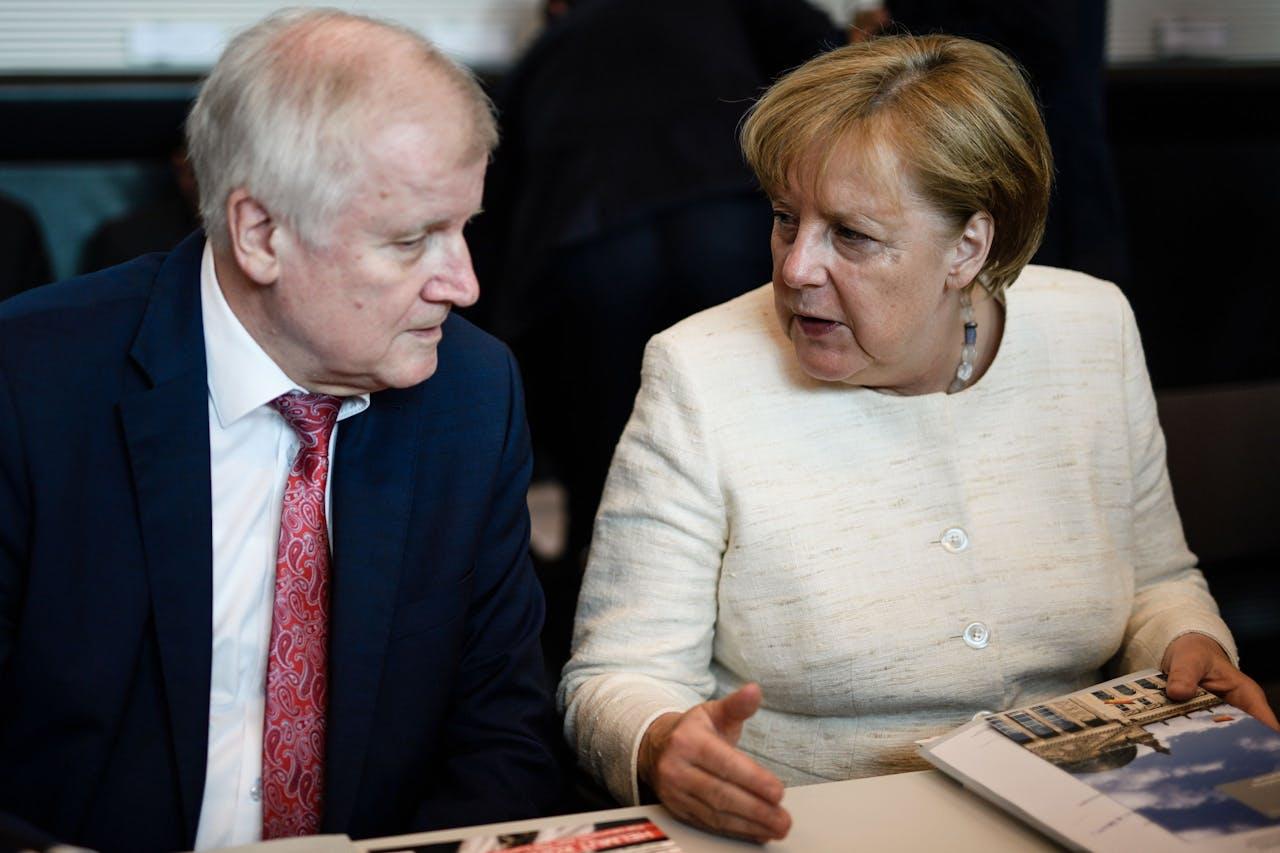 Horst Seehofer (L) en Angela Merkel in betere tijden