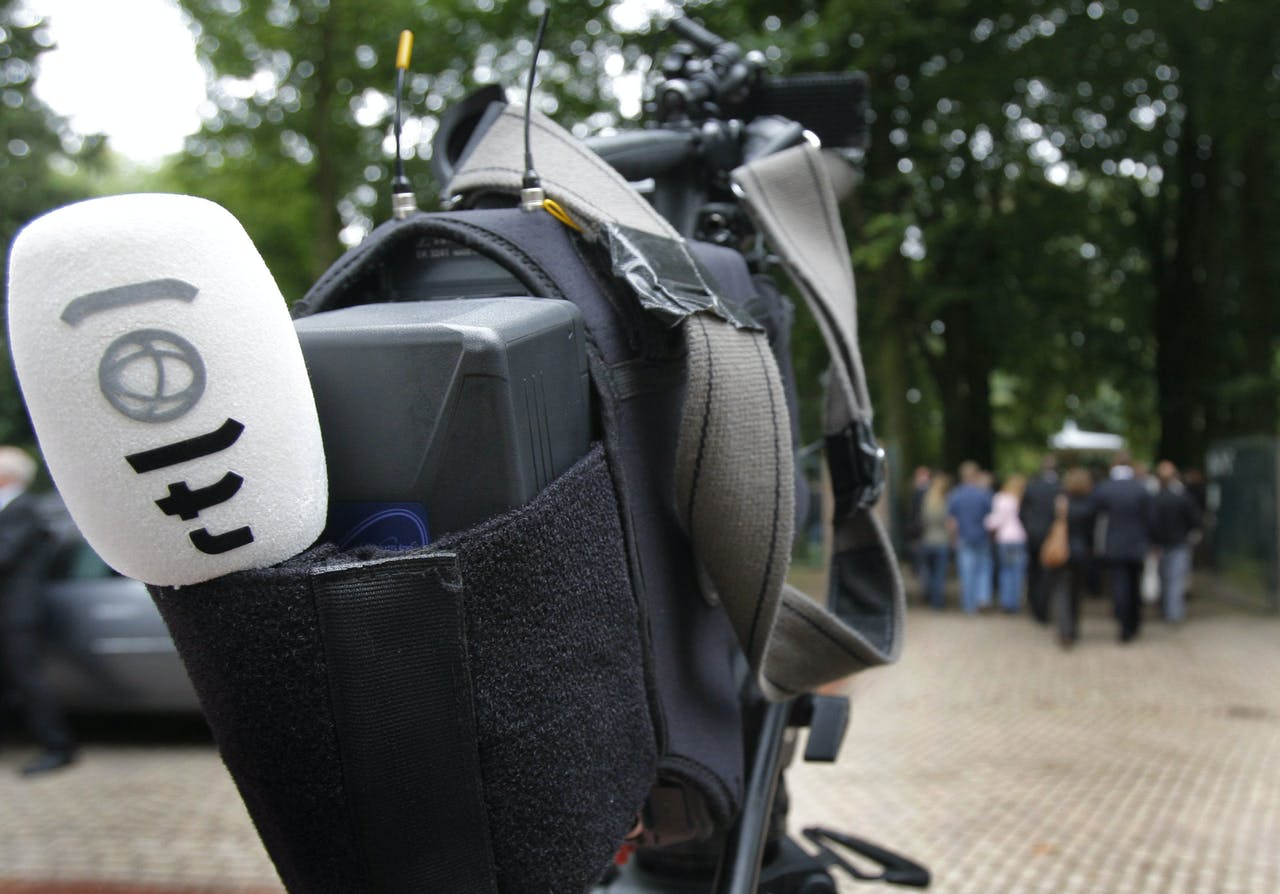 De omgekomen cameraman van RTL Stan Storimans wordt naar de begraafplaats gedragen.