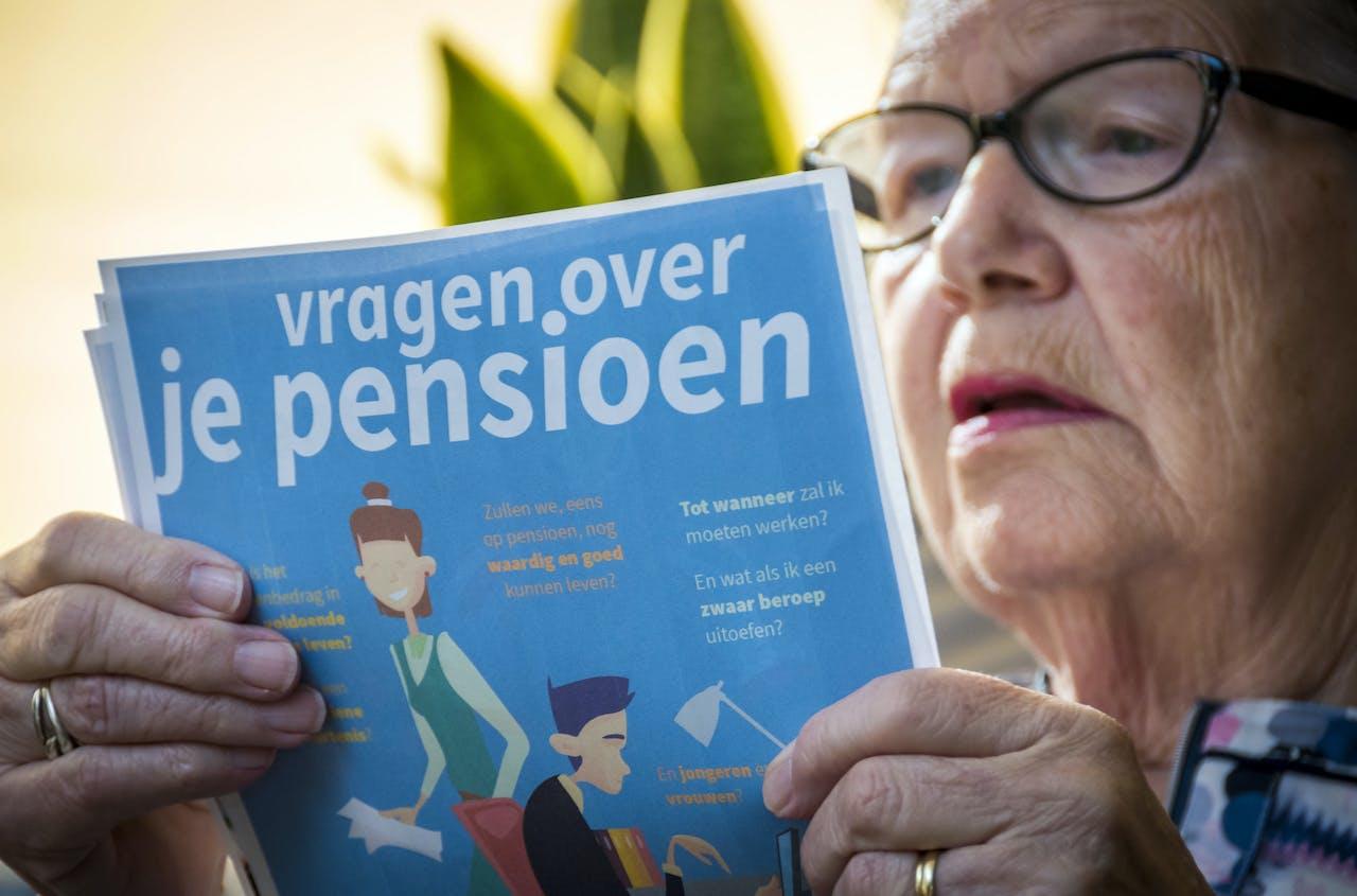 2018-09-30 10:09:29 ILLUSTRATIE - Een vrouw leest een lijst met vragen over pensioenen. Er wordt al jaren gesproken over het pensioenstelsel. Vakbonden en werkgevers hopen het kabinet te overtuigen van nieuwe regelgeving. ANP LEX VAN LIESHOUT