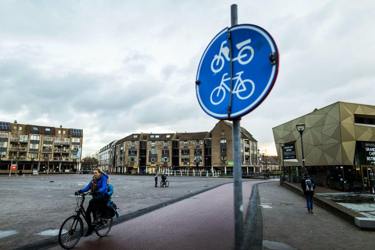 2018-01-16 16:22:42 UTRECHT - Houten is de beste fietsstad van Nederland. Dat is de uitkomst van de verkiezing van Fietsstad 2018 van de Fietsersbond. Het is de tweede keer dat Houten de titel wint. ANP REMKO DE WAAL