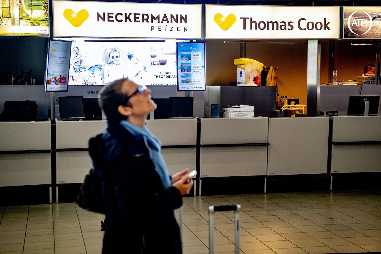 De gesloten Thomas Cook- en Neckermann-balie op Schiphol.