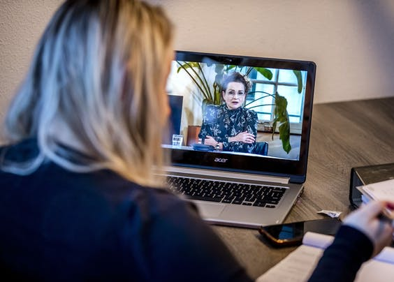Een van de getroffen ouders neemt deel aan een online bijeenkomst met onder meer demissionair staatssecretaris Alexandra van Huffelen over de toeslagenaffaire.