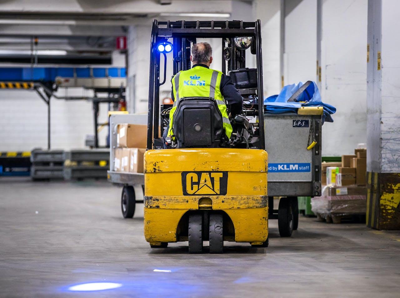 2020-12-10 10:38:44 SCHIPHOL - Medewerkers aan het werk bij KLM Cargo. De luchtvaartmaatschappij bereidt zich voor op de distributie van het vaccin tegen corona. ANP REMKO DE WAAL