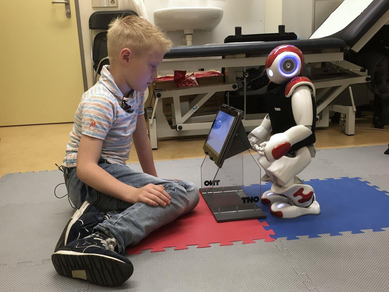 Een zevenjarige jongen wordt geholpen door een robot om te kunnen omgaan met zijn diabetes.