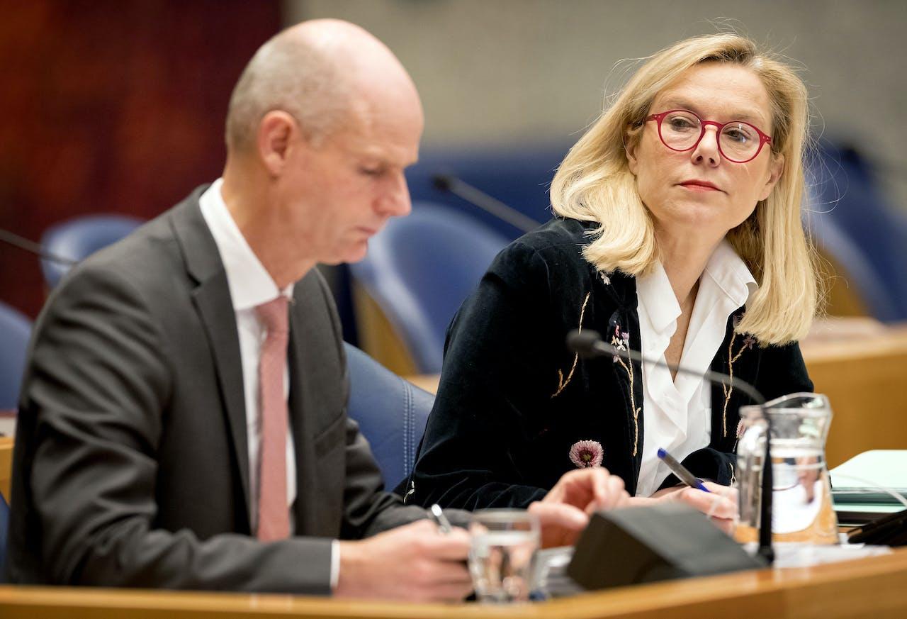 Stef Blok, minister van Buitenlandse Zaken en Sigrid Kaag, minister voor Buitenlandse Handel en Ontwikkelingssamenwerking tijdens het debat over de goedkeuring van het veelbesproken CETA-handelsverdrag.