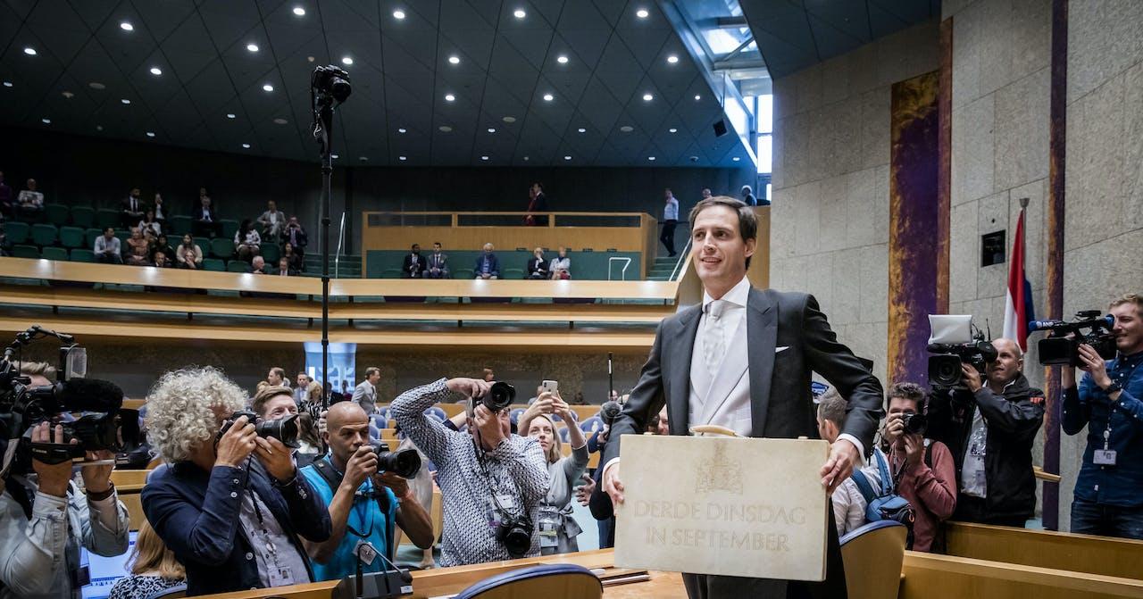 Minister Wopke Hoekstra van Financien presenteert op Prinsjesdag in de Tweede Kamer het koffertje met de rijksbegroting en miljoenennota.