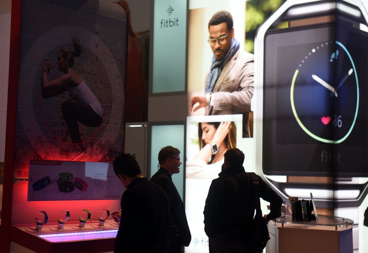 2016-01-06 22:08:44 Attendees look at wearable's near the FitBit booth on the first day of the CES 2016 Consumer Electronics Show on January 6, 2016 in Las Vegas, Nevada. AFP PHOTO / ROBYN BECK ROBYN BECK / AFP