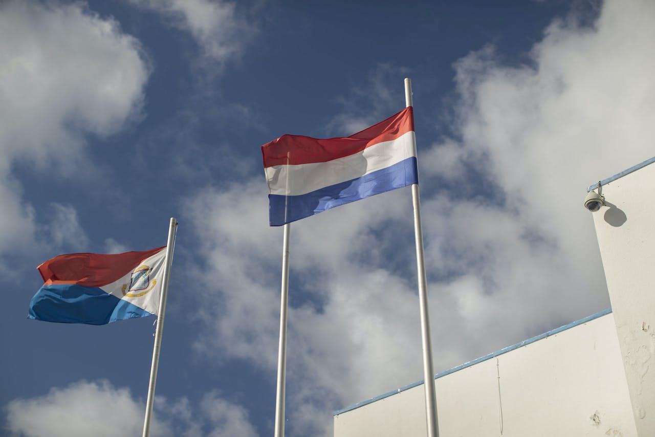 De vlag van Sint Maarten en Nederland op het eiland Sint Maarten.