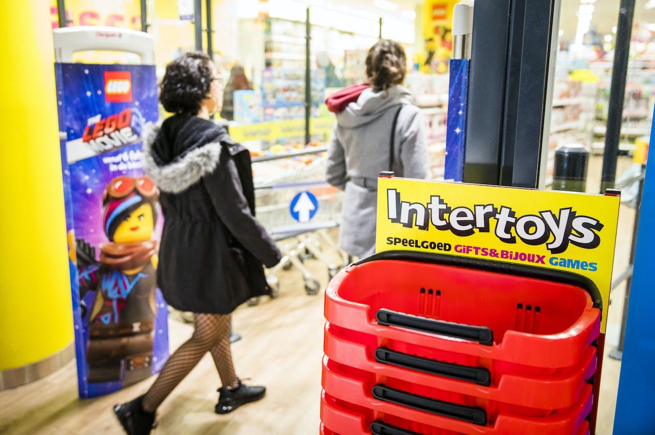 2019-02-12 16:54:25 DEN HAAG - Een filiaal van Intertoys. Speelgoedwinkelketen Intertoys heeft uitstel van betaling aangevraagd voor zijn Nederlandse activiteiten. Het bedrijf kampt naar eigen zeggen met aanhoudende zware marktomstandigheden, waardoor een ,,stevige herstructurering'' van de organisatie noodzakelijk is. ANP BART MAAT