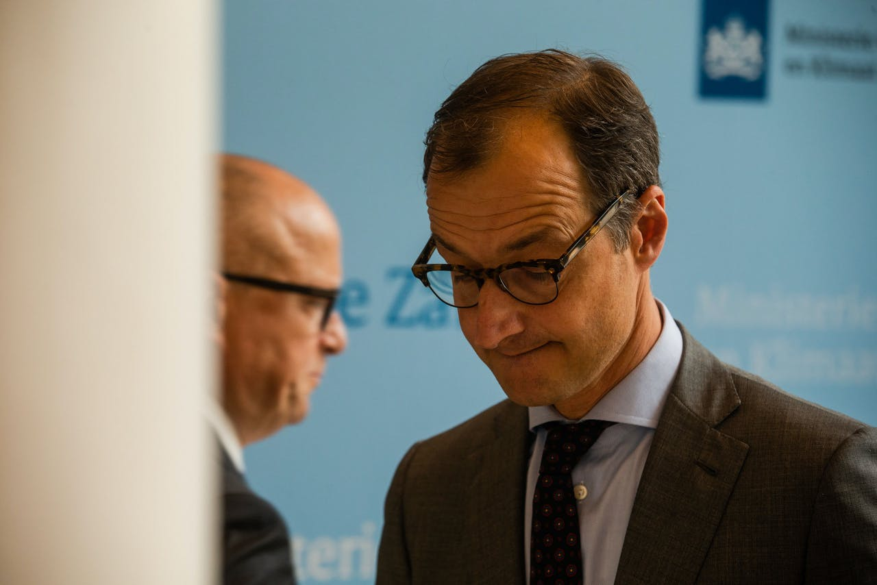 DEN HAAG - Minister Eric Wiebes van Economische Zaken met Rolf de Jong, bestuursvoorzitter van ExxonMobil Holding Company Holland tijdens een toelichting op de gesprekken over de gaswinning in Groningen. ANP ALEXANDER SCHIPPERS