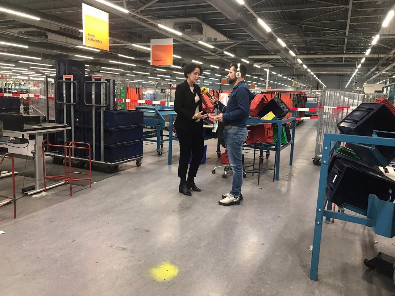 Verslaggever Harmen van der Veen spreekt met PostNL-directeur Resi Becker