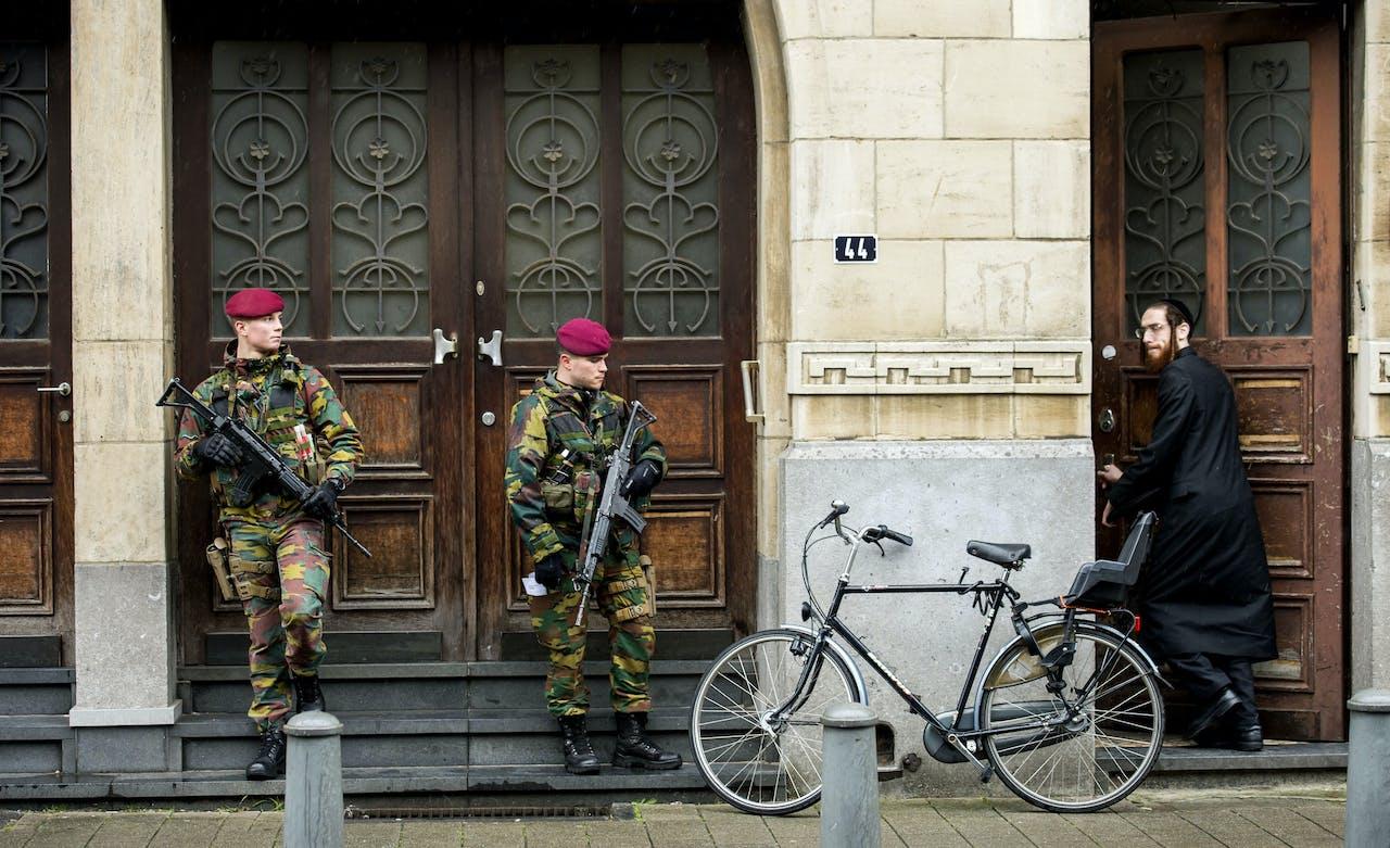 Militairen bewaken de synagoge aan de Oostenstraat in de Joodse buurt in Antwerpen, een paar dagen na een grote anti-terreuroperatie in diverse plaatsen in Belgie. ANP MARCO DE SWART