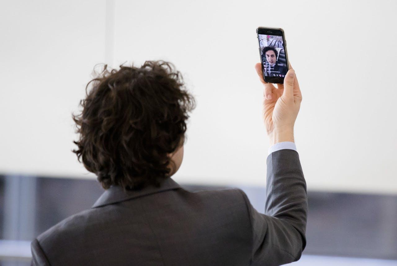 Jesse Klaver (Groenlinks) vlogt tijdens het vragenuur in de Tweede Kamer.