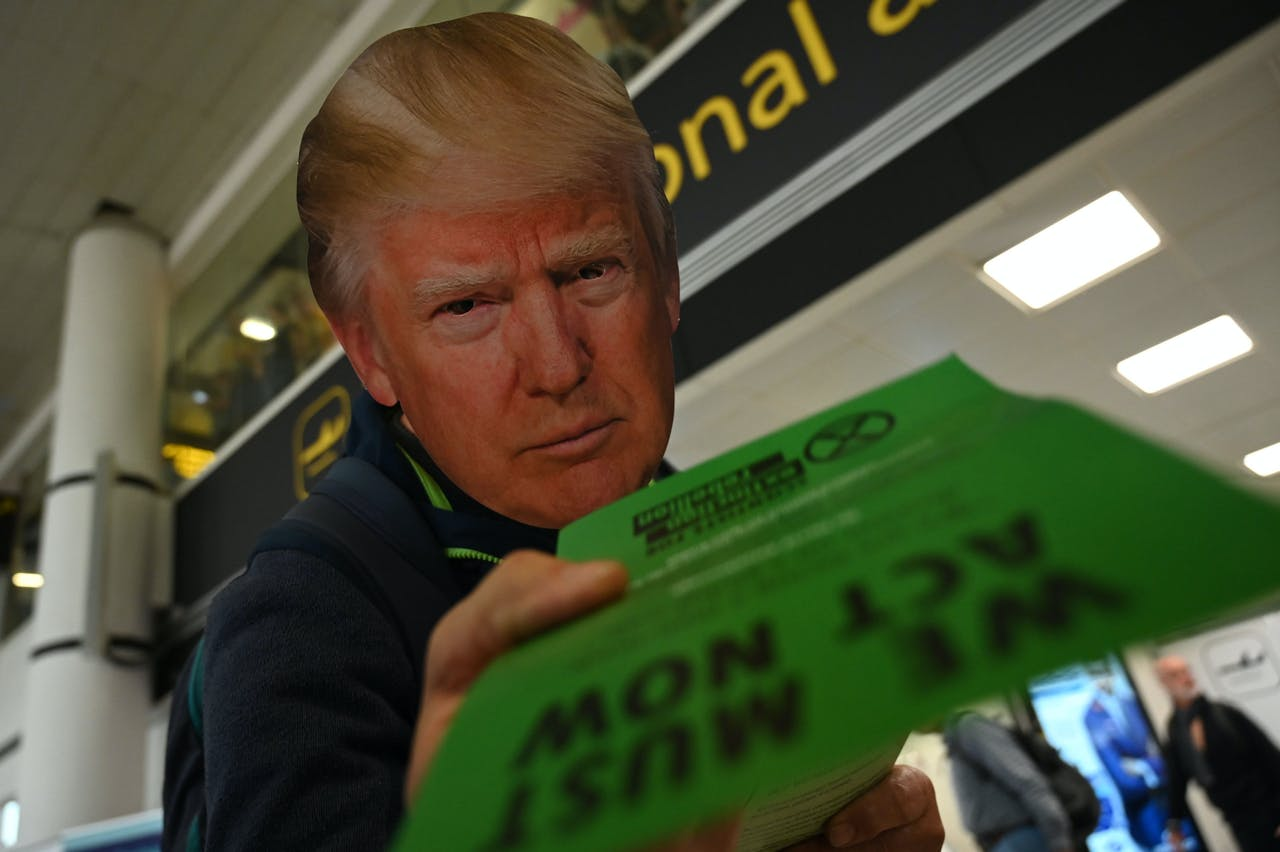 Een nep-Trump deelt flyers uit - waar het klimaat overigens ook niet per se beter van wordt...