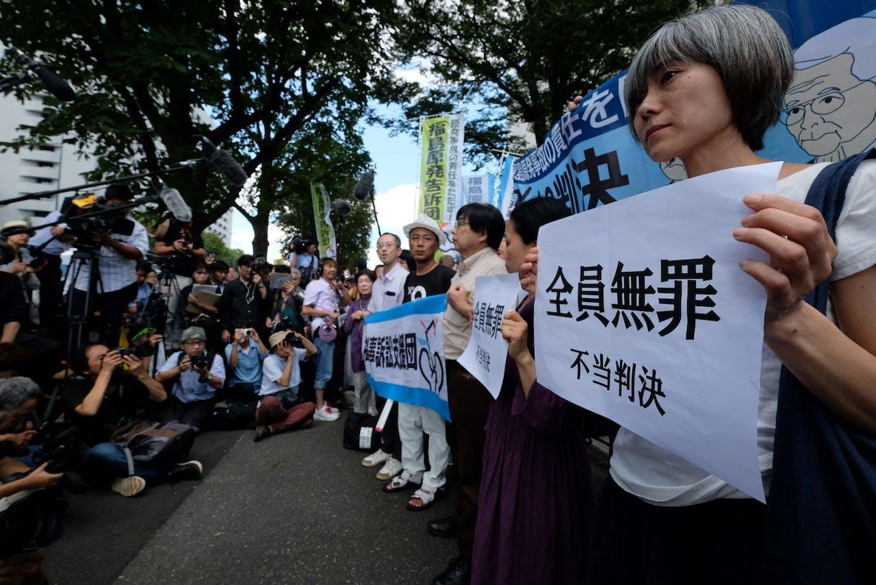Japanse demonstranten voor het gerechtsgebouw in Tokio