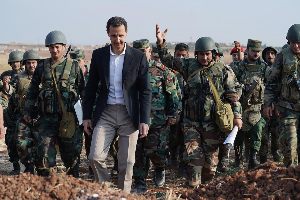 De Syrische president Bashar-al Assad bezoekt zijn troepen bij brandhaard Idlib.