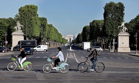 Fietsers in Parijs moeten ruim baan krijgen.