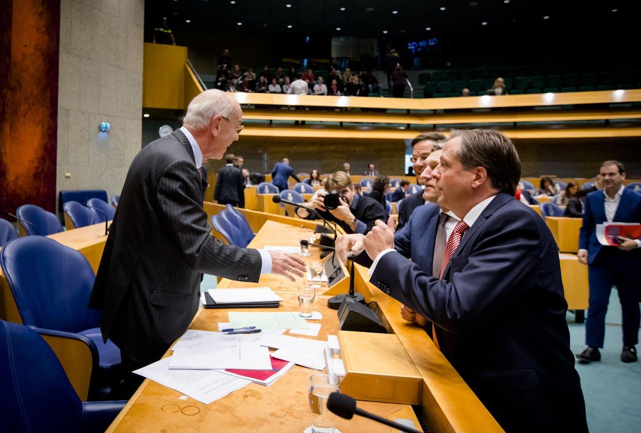 2017-10-12 13:50:15 DEN HAAG - (VLMR) Informateur Gerrit Zalm, Premier Mark Rutte, Sybrand Buma (CDA) en Alexander Pechtold (D66) tijdens het Tweede Kamerdebat over het eindverslag van de informatie. ANP BART MAAT
