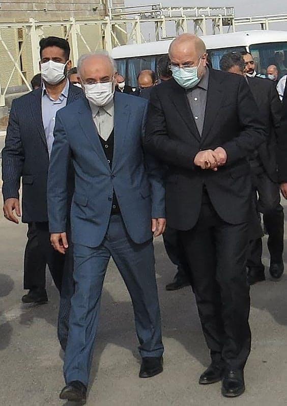 Voorzitter van het Iraans parlement Mohammad Bagher Ghalibaf (R) en het hoofd van de Iranian Atomic Organization Ali Akbar Salehi (L) op bezoek bij de Fordo Uranium Conversion Facility in centraal Iran.