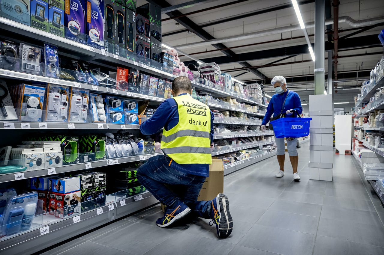 Een medewerker bij een vestiging van winkelketen Action