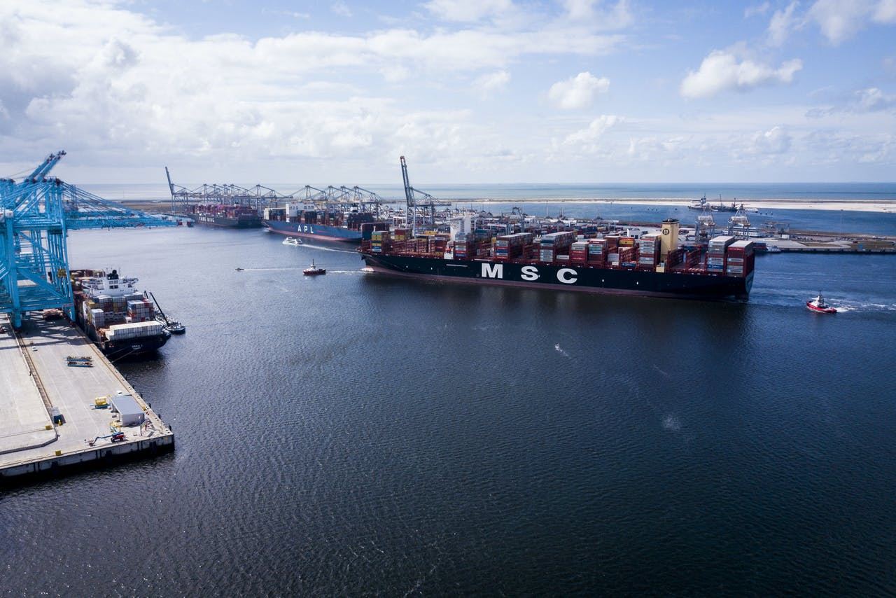 De MSC Gulsun, het grootste containerschip ter wereld, arriveert in de Rotterdamse haven.