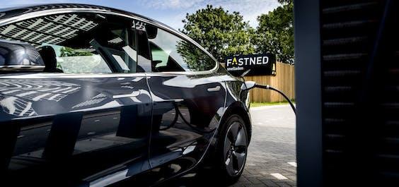 Een elektrische auto bij een snellaadstation van Fastned.