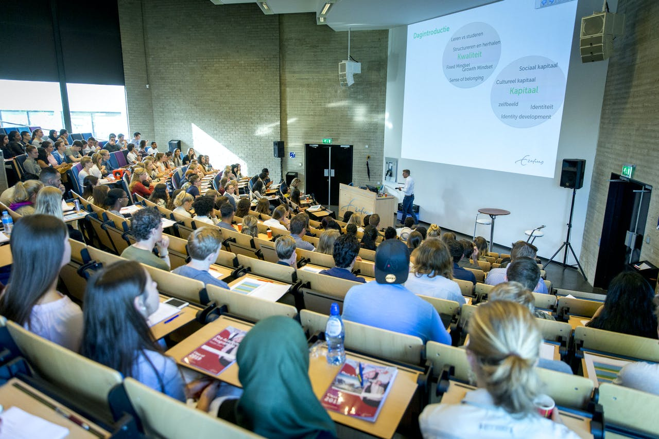 Aankomende eerstejaarsstudenten van de Erasmus Universiteit volgen een college om de kans op studiesucces te vergroten.