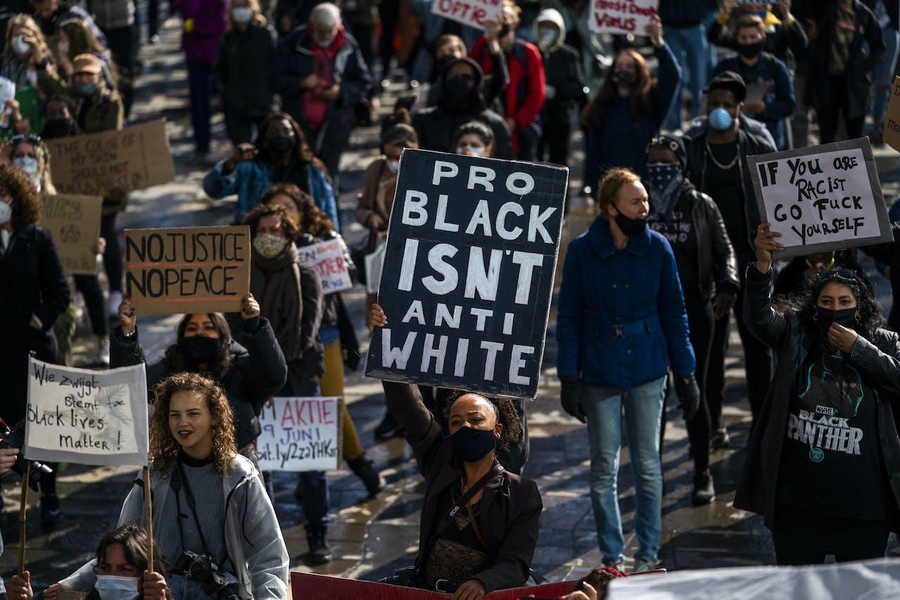 Demonstranten voeren actie op het Jaarbeursplein